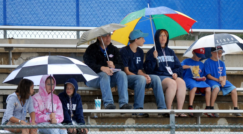 GOOD SPORTS   Fans stay at Mansfield Stadium in Bangor to watch the Senior League World Series game between New Jersey and Texas despite the rain. There was one rain delay in the third inning, but the action continued after the heaviest was over.  (BANGOR DAILY NEWS PHOTO BY LINDA COAN O'KRESIK)  CAPTION  BANGOR, ME -- AUGUST 15, 2007 -- Fans stay to watch the Senior League World Series game between New Jersey and Texas despite the ran.  There was one rain delay in the third inning, but the action continued after the heaviest was over. LINDA COAN O'KRESIK