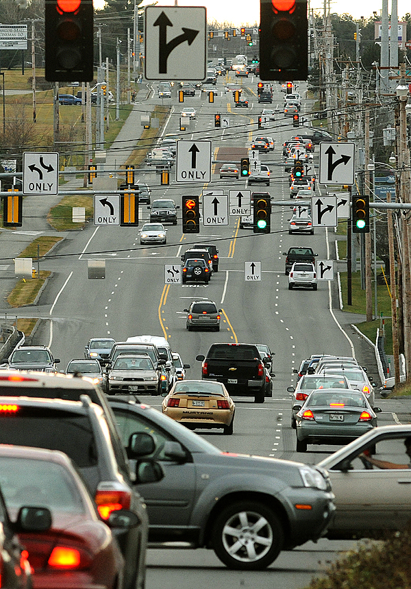 Traffic on Stillwater Avenue near the Bangor Mall. (bangor Daily News/Gabor Degre)