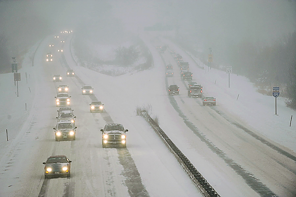 Looking northward from the Essex Street overpass in Bangor, near white-out snow conditions slowed traffic on Interstate 95 just before 4 p.m. Wednesday, December 9, 2009. (Bangor Daily News/John Clarke Russ)