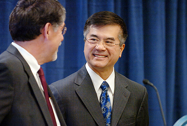 University of Maine System Chancellor Richard L. Pattenaude, (left) introduces U.S. Commerce Secretary Gary Locke on Thursday, Dec. 17, 2009 at the Orono campus, who announced a $25.4 million Recovery Act investment to help bring broadband Internet to rural Maine.