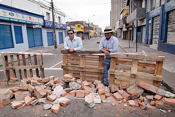 Residents guard their block from looters in Concepcion, Chile, Tuesday, March. 2, 2010.  An 8.8-magnitude earthquake struck central Chile early Saturday,causing widespread damage, prompting the government to order a curfew to quell looting.  (AP Photo/ Natacha Pisarenko)