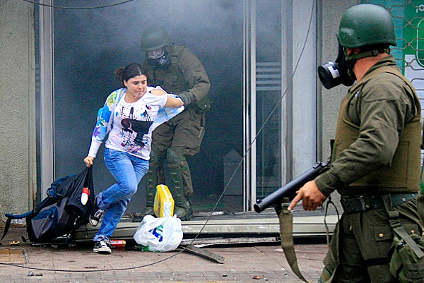 ** CORRECTS NAME OF THE COUNTRY TO CHILE **  Police arrest a woman who was looting a supermarket in Concepcion, Chile, Monday, March 1, 2010. An 8.8-magnitude earthquake struck central Chile early Saturday. (AP Photo/Mario Quilodran, El Mercurio) CHILE OUT - NO USAR EN CHILE