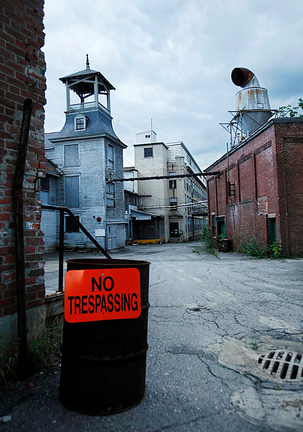 **ADVANCE FOR MONDAY, AUG.  17** In this Thursday, Aug. 6, 2009 photo, the Moosehead Manufacturing plant sits vacant in Dover-Foxcroft, Maine.  The plant stopped operating two years ago, (AP Photo/Robert F. Bukaty)
