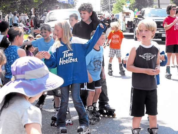 w/ a story slugged POTFEST, LYNDS, FORT FAIRFIELD: POTFEST 2, CUT LINE, FORT FAIRFIELD: Members of youth hockey teams from a number of Aroostook County towns rollerbladed through the Maine Potato Blossom Festival parade on Saturday, July 17. The youth mingled with the thousands of revelers who lined the streets, giving high fives as they circled around the youth hockey float. (BANGOR DAILY NEWS PHOTO BY JEN LYNDS)