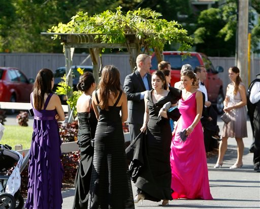 People wait for a bus to depart the Delamater Inn to go to Chelsea Clinton's and Marc Mezvinsky's wedding  in Rhinebeck, N.Y., on Saturday, July 31, 2010.  (AP Photo/Mike Groll)