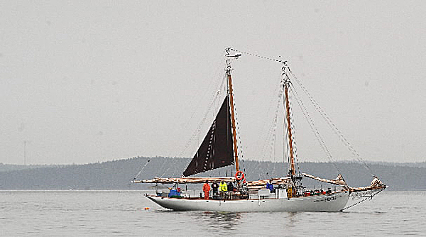 (BANGOR DAILY NEWS PHOTO BY GABOR DEGRE)CAPTIONThe 56 foot wooden schoner the Alert as it hauls trawl lines in Frenchman Bay Tuesday.   (Bangor Daily News/Gabor Degre)