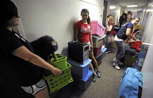 University of Maine first-year students move their belongings into Gannett ZHall on the Orono campus. Most of the 1,803 freshmen moved onto campus Friday with the aid of about 700 upperclassmen, faculty and staff volunteers.  (BANGOR DAILY NEWS PHOTO BY GABOR DEGRE)  CAPTION  University of Maine freshmen move their belongings into Gannett Hall on the Orono campus.  Most of the 1803 freshmen moved onto campus Friday, August 28, 2009 with the aid of about 700 upperclassmen, faculty and staff volunteers.   (Bangor Daily News/Gabor Degre)