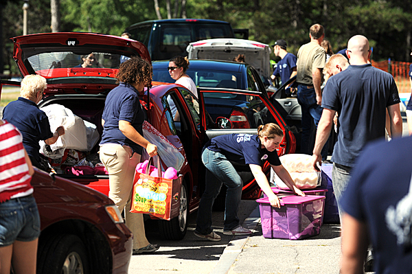 First-year student greeters help unload vehicles in front of Oxfrod Hall on Friday, August 27, 2010 as students move in to their dorm rooms. (Bangor Daily News/Kevin Bennett)