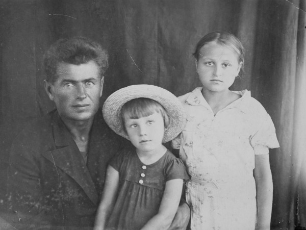 Wasja Semenenko (suffering from malaria) and Philomena and Viktoria Hartmann, her cousin.