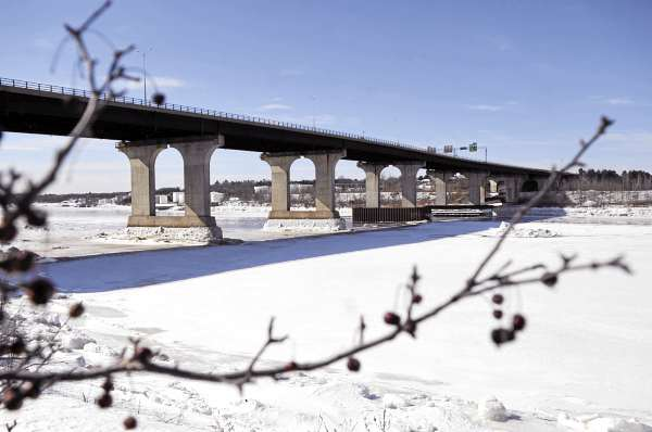 View from South Main Street in Brewer of the Veterans Remembrance Bridge which spans the Penobscot River and connects the Brewer and Bangor sections of Interstate 395. A $ 2.4 million project to repair the bridge is set to begin next week and could cause traffic delays into the summer.