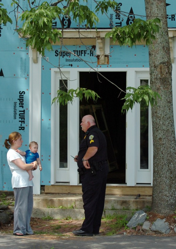 Bangor police Sgt. Al Hayden talks to a resident outside 86 Kenduskeag Ave. on July 6, 2010. Matisha Marie Pitts, who robbed the Bangor Savings Bank at 3 State St., was convicted and sentenced to four years in prison.