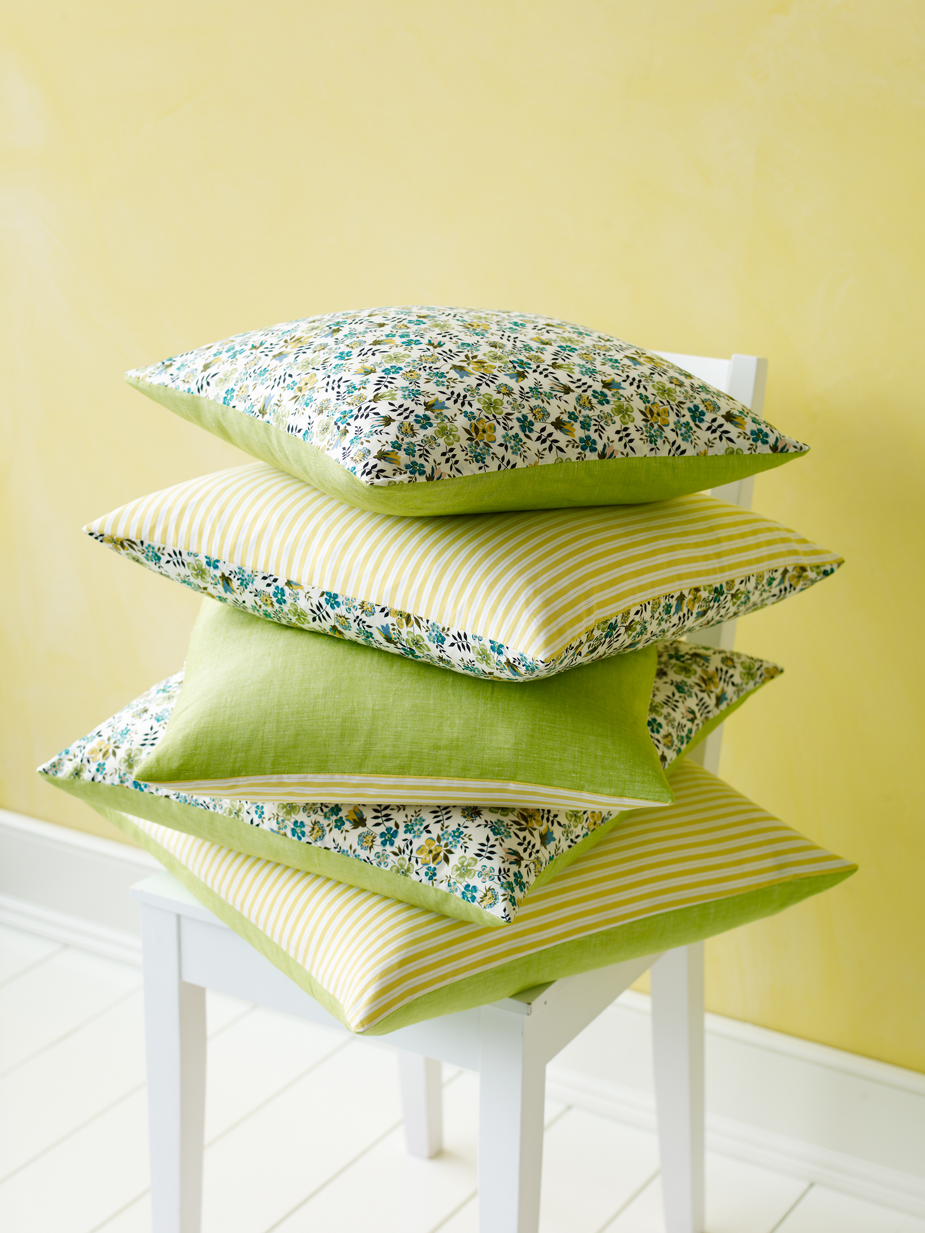 With reversible cushion covers that mix solids, stripes and florals, you can change up your d?cor all summer long.