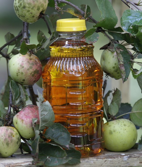 A jar of apple juice is posed with apples in Moreland Hills, Ohio on Thursday, Sept. 15, 2011. The federal Food and Drug Administration and a leading doctor are disputing suggestions by television show host Dr. Mehmet Oz that trace amounts of arsenic in many apple juice products pose a health concern.