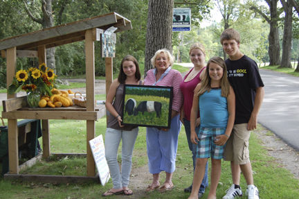 Several members of the Aldermere Achievers 4-H Club recently met artist Barb Bausch (second from left) to talk about her painting they will raffle to raise money for their trip to Kentucky this fall. With Bausch are 4-H members (from left) Frances Pendleton, Erin Rollins, Samantha Leighton and Tyler Leighton.