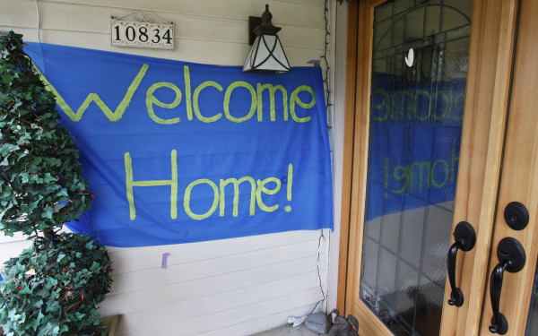 A &quotwelcome home&quot sign is posted at the home of Curt Knox for his daughter Amanda Knox on her expected arrival later in the day Tuesday, Oct. 4, 2011, in Seattle.