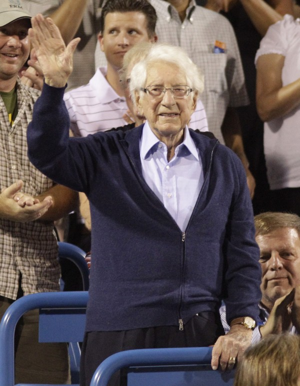 Carl Lindner Jr., chairman of American Financial Group Inc., acknowledges the crowd at a tennis tournament, Saturday, Aug. 20, 2011. in Mason, Ohio.  Lindner has died at the age of 92.