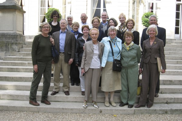 The Knox Museum's French expedition poses before Hôtel Matignon, the French Prime Minister's residence in Paris. They are (from left, front row) Mary Ann Carey, Nick Ruffin, Ellen Dyer, Judith Clark, Lolly Mitchell, Elisabeth Plum, Carol Cardon; (middle row) Holly Boyd Ruffin, Beth Pratt, Linda Pearson, Molly Kellogg, Patrick Cardon; (thrid row) Jean Federico, Day Cowperthwaite, Jock Cowperthwaite, Harry Grant and Marion Grant. The group retraced the historic footsteps of Thomas Jefferson, Benjamin Franklin and John Adams along the boulevards of Paris.