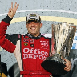 Stewart wins at Texas, only 3 points from Edwards