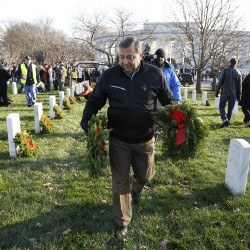 Thousands of volunteers place wreaths at Arlington