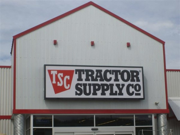 Tractor Supply Co. and a California-based landowner signed a 10-year lease Friday to bring the nation's largest retail farm and ranch supply chain to the Northern Plaza Shopping Center on Route 11 in Millinocket this fall.