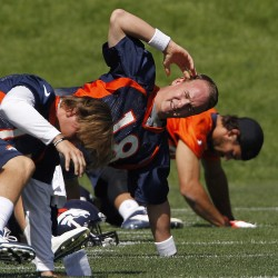 Broncos survive scare with Peyton Manning's thumb