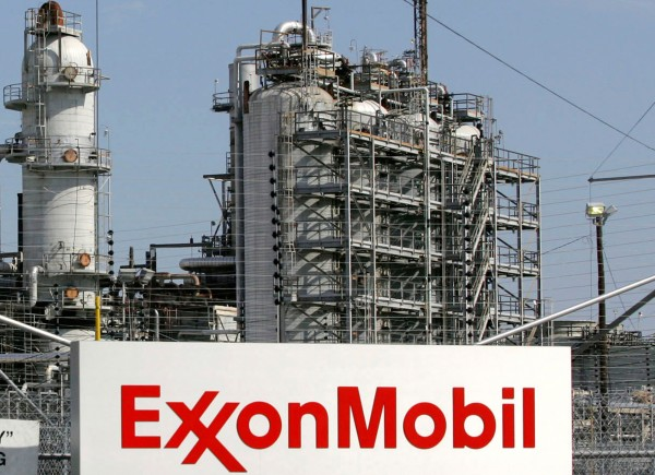 A view of the ExxonMobil refinery in Baytown, Texas in this September 15, 2008, file photo. ExxonMobil on Friday reclaimed its place as the largest U.S. publicly-owned company by market value one year after losing it to Apple Inc., as the tech giant's shares continued to fall.
