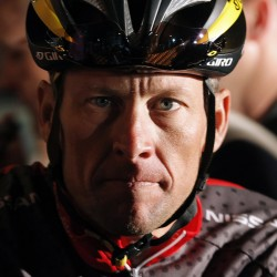 Lance Armstrong apologizes to staff of cancer foundation