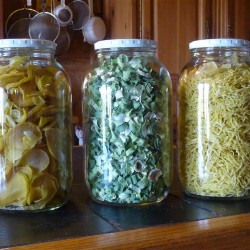 The half-gallon jar of potatoes at the far right is filled with shredded dehydrated potatoes equal to just under 9 pounds of fresh potatoes. The jar on the left holds sliced dehydrated potatoes, cut into larger slices. The middle jar holds dried leeks. Ana Antaki photo