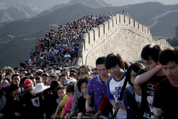 Tourists gather on the Great Wall outside Beijing in October 2012. Major tourist destinations around China are witnessing travel peaks amid the eight-day midautumn Festival and National Day holidays that run through until Sunday, Xinhua News Agency reported.