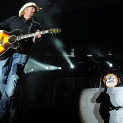 Toby Keith concert loaded with favorites, fans