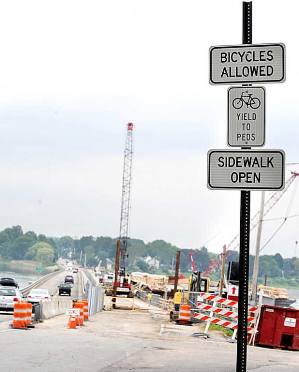 A sign at the start of Martin's Point Bridge in Portland allows cyclists to use the sidewalk on if they feel uncomfortable using the travel lane while the bridge is under construction.