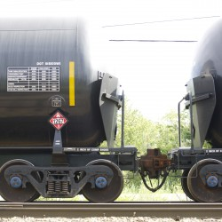 Feds urge improved testing of oil bound for train tanker cars