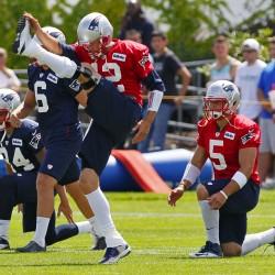 Patriots' Brady downplays knee injury