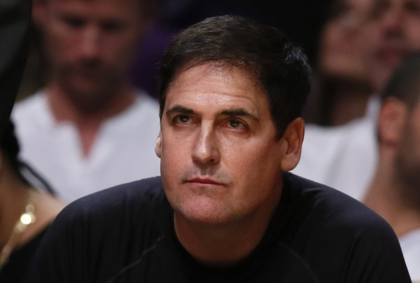 Dallas Mavericks owner Mark Cuban watches the Los Angeles Lakers play the Dallas Mavericks during their NBA basketball game in Los Angeles in this October 30, 2012 file photo. Barring a last-minute settlement, the U.S. Securities and Exchange Commission and billionaire Mark Cuban are expected on September 30, 2013 to go to trial in Dallas over whether the Dallas Mavericks basketball team owner in 2004 committed insider trading by selling the stock of a small Internet search company just before news that caused the company's stock price to fall.