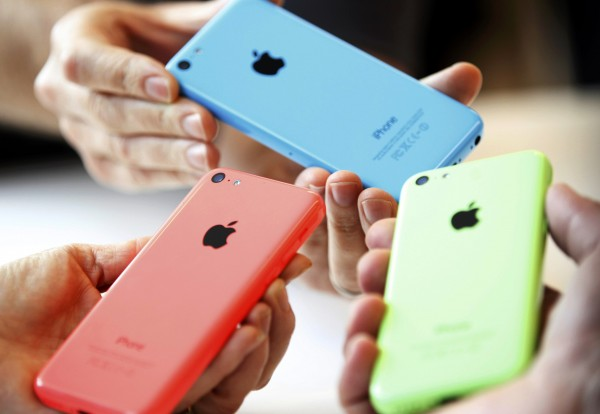 People check out several versions of the new iPhone 5C after Apple Inc's media event in Cupertino, California September 10, 2013.