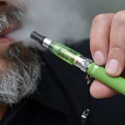 US lawmakers urge ban on e-cigarettes on airplanes