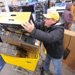 Canadians surprised by Black Friday hours, Best Buy shoppers treated to music