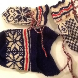 Hat and mittens by Lisa-Marie Haugmoen.