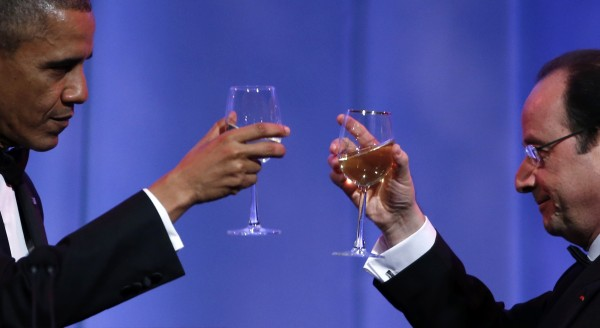 U.S. President Barack Obama (L) and French President Francois Hollande share a toast during the State Dinner in honor of Hollande at the White House in Washington February 11, 2014.  REUTERS/Kevin Lamarque