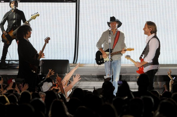 Tim McGraw performs at Darling's Waterfront Pavillion on Thursday night.