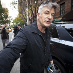 Alec Baldwin apologizes to himself on 'SNL'