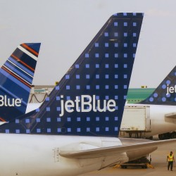 Passengers tackle screaming JetBlue pilot