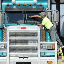 Safety group seeks limits on trucks' size, drivers' hours