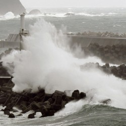 Storm batters southern France, Christmas flights canceled