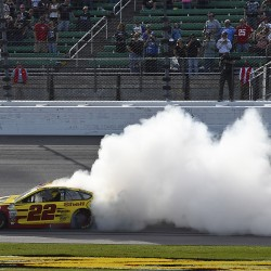 Hamlin holds off Truex to win at Kansas Speedway