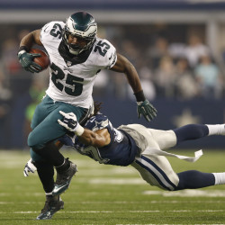 Vick shaken up as Eagles top Patriots 27-17