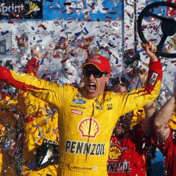 Earnhardt holds off Hamlin for second Daytona 500 win