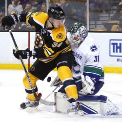 Islanders erupt for 7-goal period in win over Vancouver