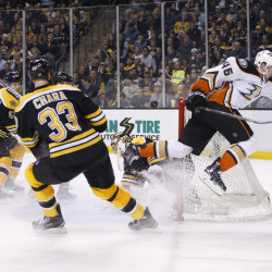 Ducks' Hiller shuts down Bruins, runs win streak to 12