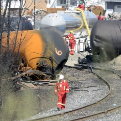 Crude by rail requires stronger tank cars, agencies say